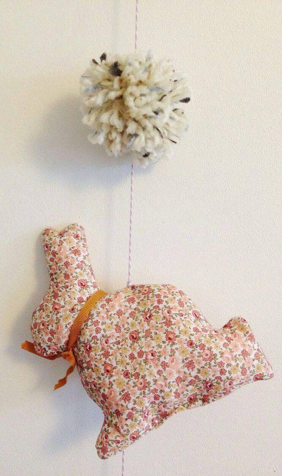 Mobile lapins. Pompons. Décoration murale. Liberty rose et bleu. : Décoration pour enfants par byginette