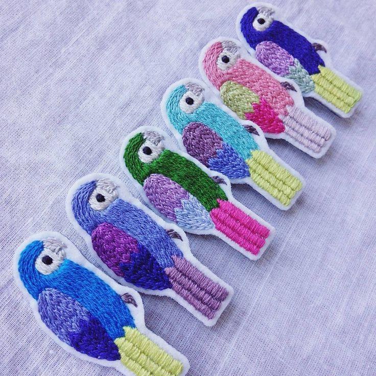 オウムのブローチ。 さあ、また製作をがんばろう✊ #オウム#刺繍#ブローチ#手仕事#ハンドメイド#handmade #日々#鳥#kumako365