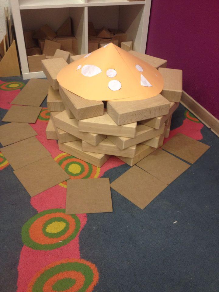 Een paddenstoel maken in de bouwhoek. Hoe kunnen de kabouters naar binnen?