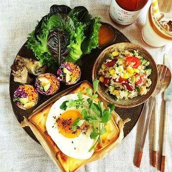 こちらは、キヌアサラダをはじめとしたお野菜たちに彩られたクロックマダム。カフェ飯だと錯覚してしまうくらいに、豪華で美しい朝食プレートですね。