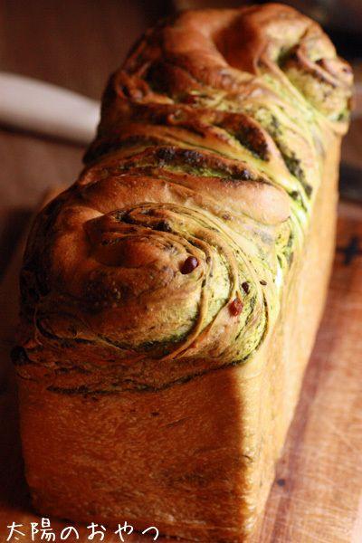 パン・オ・ショコラのアレンジで、抹茶と甘納豆の折り込みパン : 太陽 ...