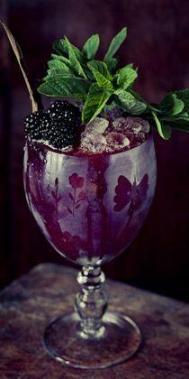 Un cocktail préparé à base de mûres qui s'accordera parfaitement à votre table aubergine #purple #decoration