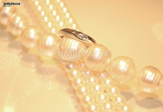 http://www.lemienozze.it/gallerie/foto-fedi-nuziali/img9483.html Collana di perle ed anello con diamante come gioielli per il matrimonio