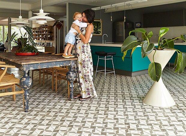 A casa da arquiteta e paisagista Daniela Ruiz foi completamente reformada e ganhou por toda extensão ladrilhos hidráulicos, da Ladrilar (Foto: Victor Affaro/Editora Globo)