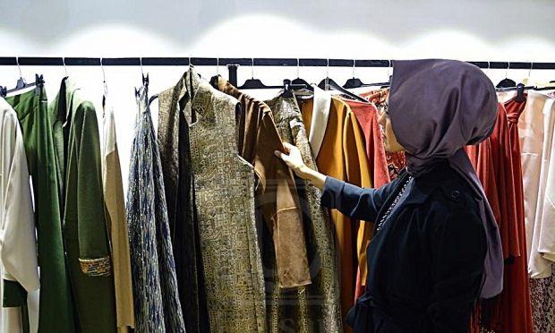 Lelaki juga wajib berhijab   BERCAKAP mengenai hijab pastinya terbayang dalam fikiran kebanyakan kita menggambarkan sesuatu pakaian atau objek yang digunakan oleh wanita Muslim untuk menutup rambut atau dengan kata mudah bertudung.  Namun menurut pendakwah antarabangsa Rahmatullah Nowruz bukan sahaja kepada wanita tetapi kewajipan berhijab dengan sempurna turut terikat bagi lelaki beragama Islam.    Beliau berkata ini kerana definisi hijab sebenarnya bukan bermaksud seperti difahami oleh…