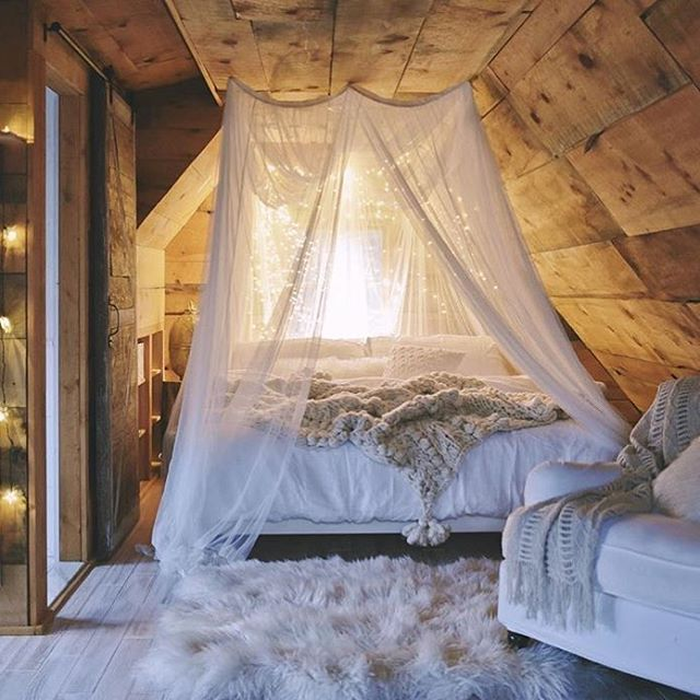 ❥ Romantic Bedroom goals  #regram @lovesarahschneider #rainyday #happytuesday