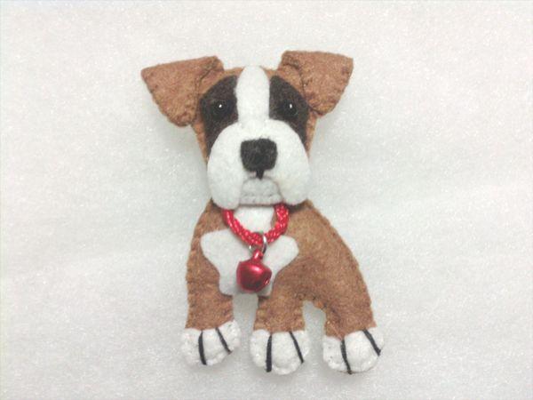 Llaveros y broches de fieltro hechos a mano rellenos de fibra. Animalitos.Razas de perros. Boxer.