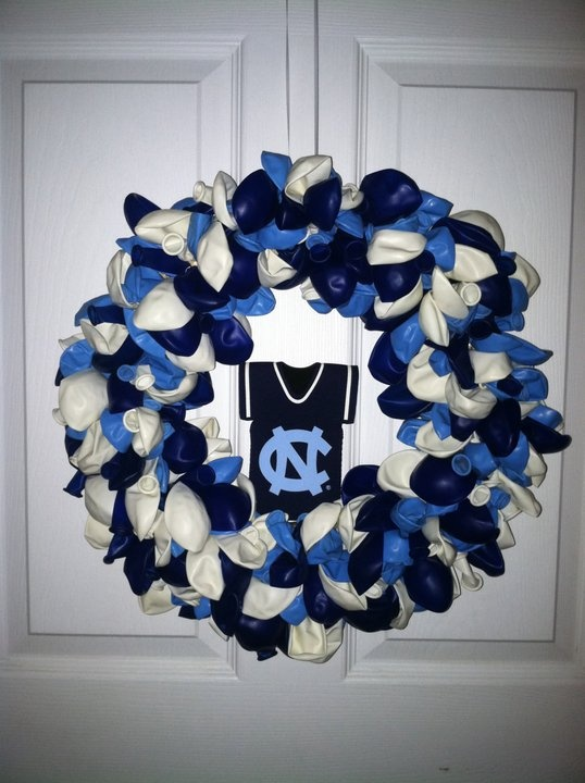 UNC balloon wreath--i think i could totally make this!
