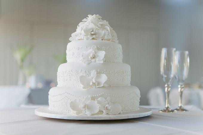 White wedding cake. (313) Evette & Stefan - Adelaide Sanctuary Wedding. Photo by Jennifer Sando.