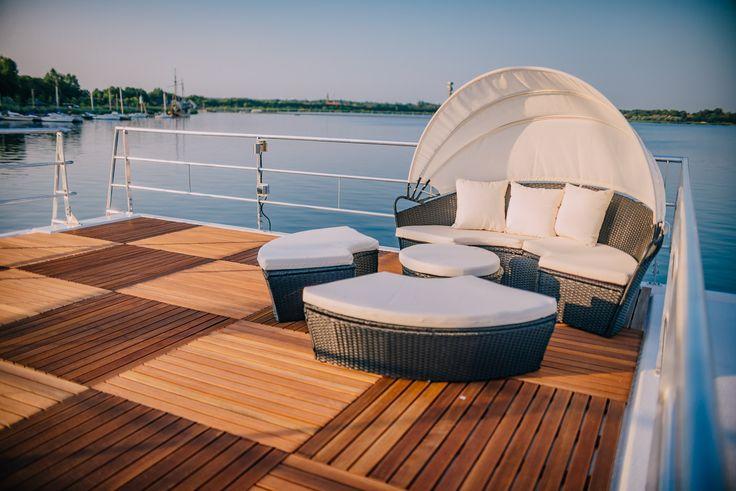 Ein Hausboot für den Urlaub mieten oder kaufen bei floatinghouse.de. Das Hausboot floating 44 hat eine großzügige Dachterrasse, die zum Entspannen einlädt. #dachterrasse #relax #furniture #hausboot #berlin #hersteller #houseboats #design #kaufen #mieten #ostsee #wohnen #reisen #ferienhaus #interior #living #wasser #cosy #outdoor
