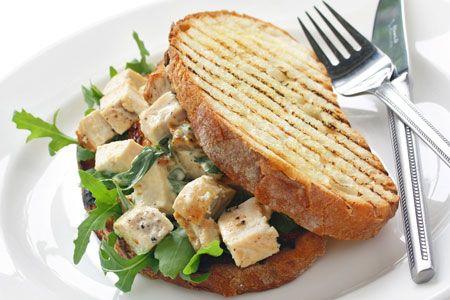 Σάντουιτς με κοτόπουλο, γιαούρτι και φουντούκια - Γρήγορες Συνταγές | γαστρονόμος online