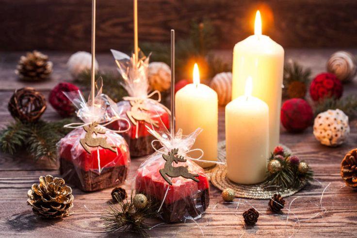 Twoja rodzina i znajomi uwielbiają ciasteczka czekoladowe? Zobacz, jak przygotować ich świąteczną wersję – z malinową pianką. Mini słodkości zapakowane w przezroczystą folię i ozdobione motywami świątecznymi będą przyjemnym podarunkiem mikołajkowym lub świątecznym.