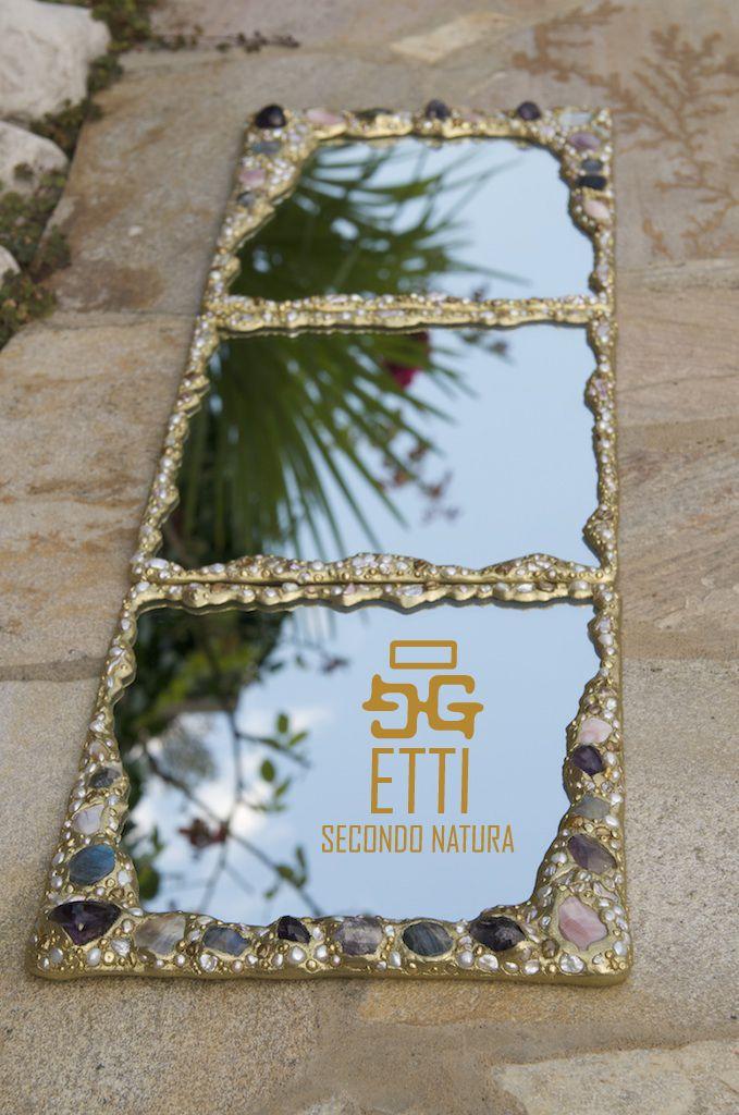Pietre preziose e materiali naturali rendono lo specchio un gioiello da ammirare e nel quale mirarsi, gioiello che non si indossa ma che riflette l'intimo di chi vi si specchia.  www.rubinia.com  MAISON & OBJET PARIS 23-27 Gennaio 2015 HALL 7 | STAND 147