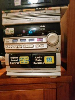 Vendo minicadena por falta de uso con sistema de altavoces de 2 vías Bass Reflex; potenciación dinámica de bajos; cambiador de 3 CDs; compatible con CD regrabables; Programa aleatorio de CD de 40 pistas; grabación sincronizada de CD de un toque; conjunto completo de RDS que incluye 'News'; Sintonizador digital FM / MW / LW con 40 presintonías (LW / 22); Doble cinta con reproducción automática; control de sonido digital (óptimo, jazz, rock, techno); ajuste fácil para rad...