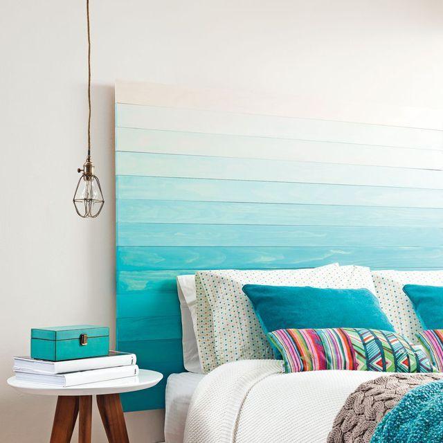 Ambiance bleutée avec une tête de lit mis en valeur par un subtil dégradé de bleus...