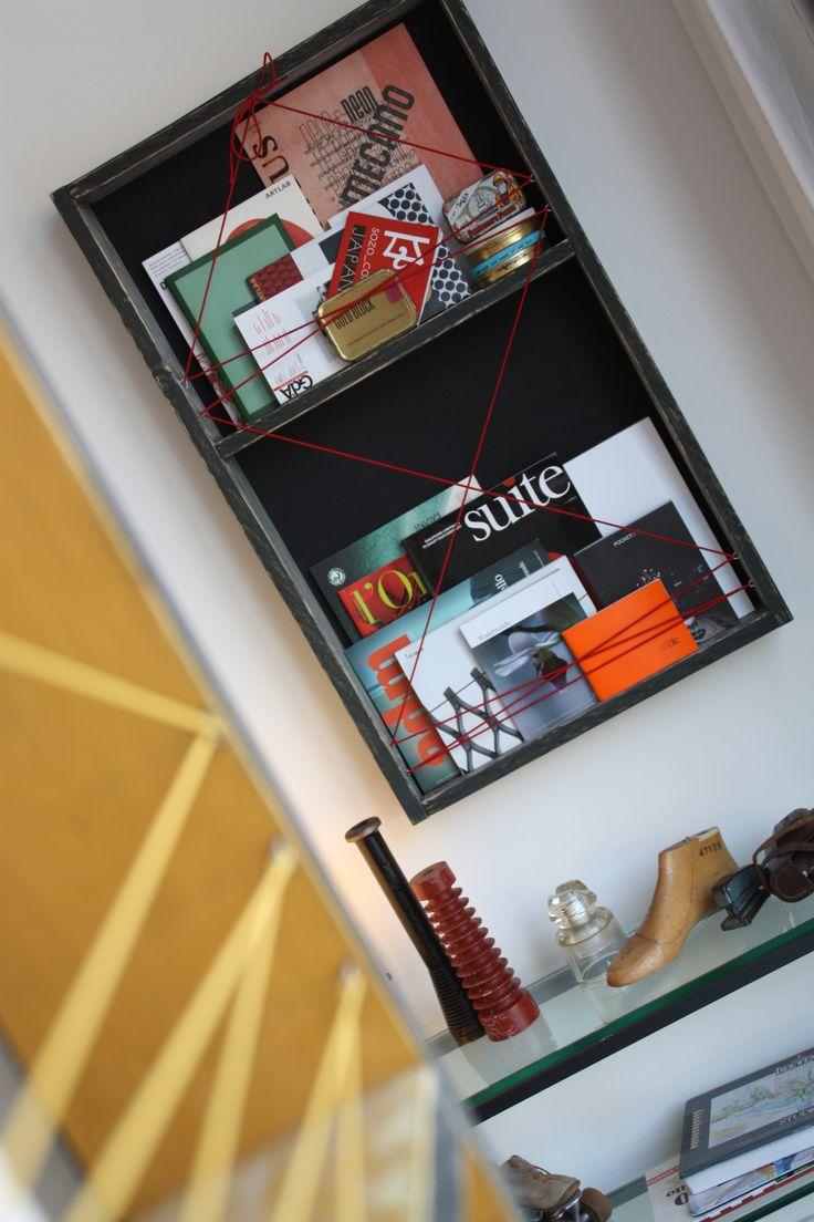 Libreria bacheca progettata per contenere libri e piccoli oggetti. Nonostante la formula principalmente decorativa, la quantità di volumi contenuti e maggiore di quel che ci si aspetta. Progetto di Marcello Gennari.
