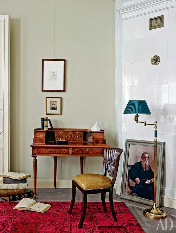 """На стене: неизвестный художник, """"Портрет неизвестного"""", бумага, графитный карандаш, 1820-е; Александр Витберг, """"Портрет Павла Бурцова"""", бумага, акварель, 1814. Ковер, шерсть, Bahram Tahbaz, 41400 руб.; бюро, дерево, Francesco Molon, цена по запросу; стул, кожа, дерево, Maitland-Smith, €1154; торшер Stelo Angelo, металл, текстиль, Laudarte, 71294руб."""