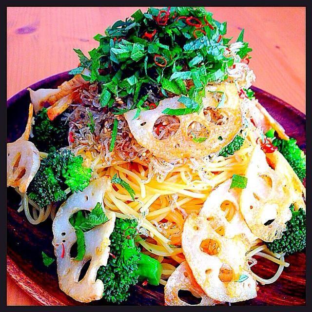 カリカリ食感もよく、お野菜たっぷり〜昆布つゆでさっぱり和風味なので、モリモリ食べられまーす - 577件のもぐもぐ - 昆布つゆ使ってカリカリじゃこと蓮根チップ乗せ和風パスタ by tomokeeta
