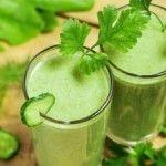 A nyári frissen szedett uborkából, kiváló, hűsítő ételek készíthetők .  Az alábbi receptben egy ízletes uborkaleves elkészítését ismertetjük.    Hozzávalók (kb. 2 főre)    -25 dkg uborka  -2 dl joghurt  -2 gerezd fokhagyma  -őrölt fehérbors  -citromlé  -ásványvíz  -só  -kapor  -1 paradicsom    Elkészítés:    Meghámozzuk az uborkát, durva reszelőn lereszeljük.  Összekeverjük a fokhagymával