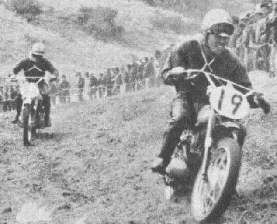 1962年第6・7回全日本モトクロス写真集 125cc:2位の荒井市次(阪奈レーシング トーハツ)  うしろは、3位となった三吉一行