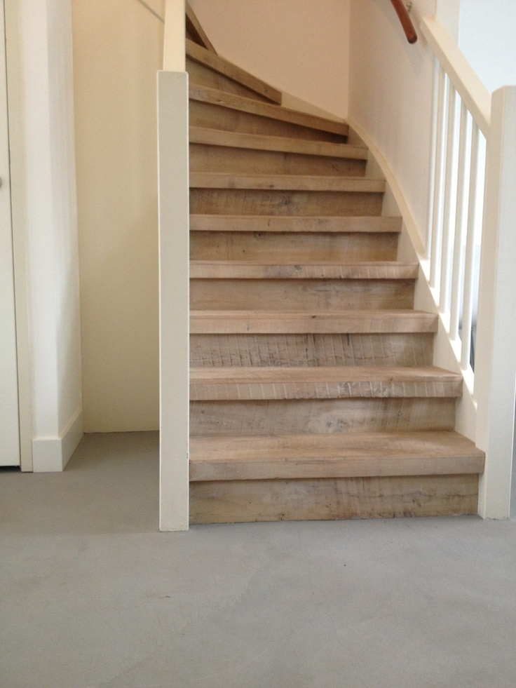 Raw wood stairs combined with beton d 39 interieur beton cire - Beton cire escalier interieur ...