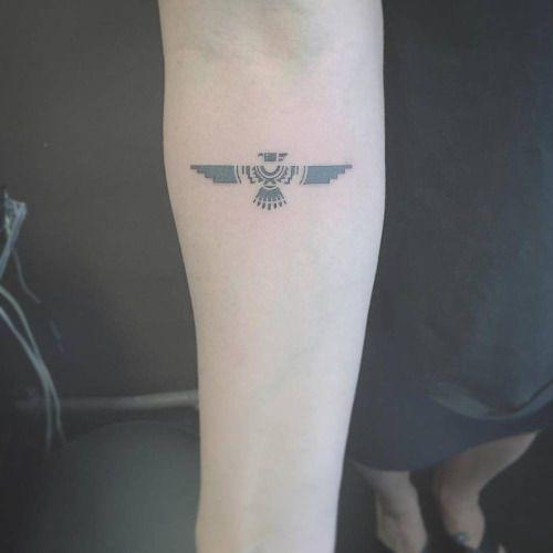Tatuaje de un águila situado en el interior del antebrazo...