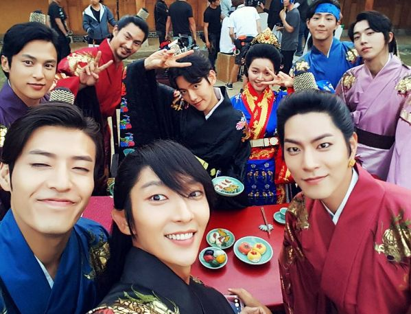"Lee Joon Gi Celebrates 1 Million Followers On Instagram With Fun Cast Shot From ""Scarlet Heart: Goryeo"" | Soompi"