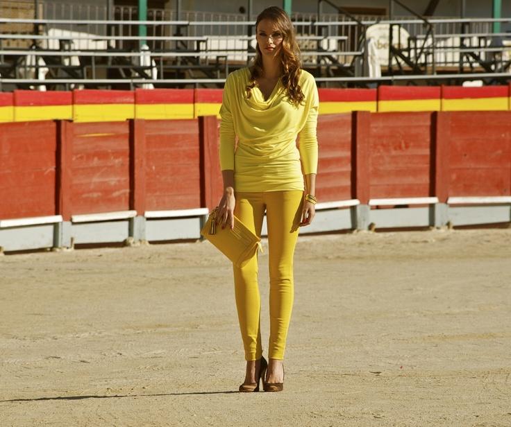 Helen Lindes de amarillo con bolso coach