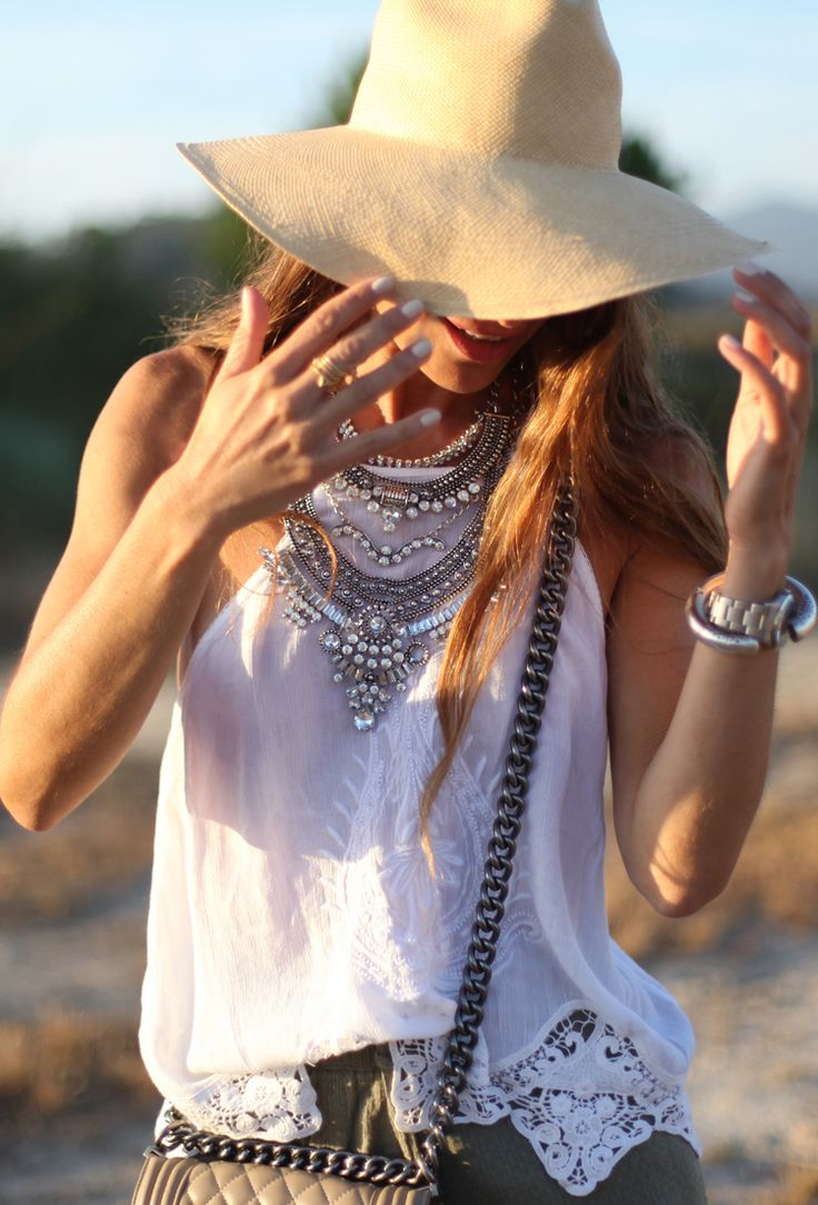 Shorts: Object,   Top: Pull&Bear,  Necklace: Lowlita&You,   Sandals: Pertini