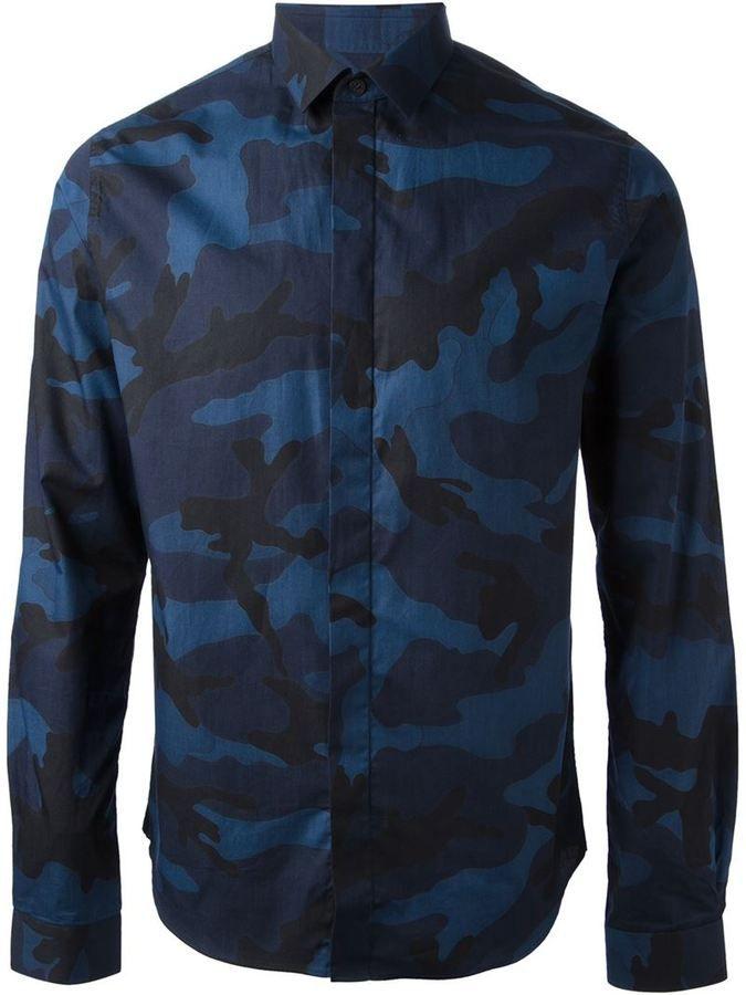 €539, Dunkelblaues Camouflage Langarmhemd von Valentino. Online-Shop: farfetch.com. Klicken Sie hier für mehr Informationen: https://lookastic.com/men/shop_items/63191/redirect