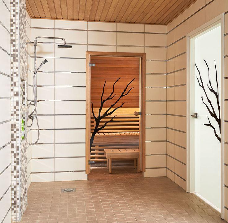 JELD-WENin saunanovi Oksa, leppäkarmi ja pyöreä vedin. Kylpyhuoneenovena Spa-malliston Oksa+.