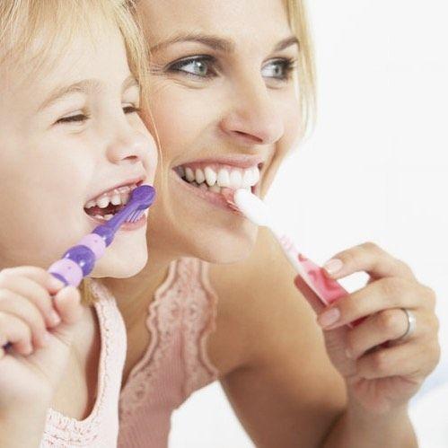 Qué tipo de cepillo dental debo utilizar? . La mayoría de los profesionales de la odontología coincidimos en que un cepillo de cerdas suaves es ideal para eliminar la placa y los restos alimenticios de los dientes. Los cepillos de cabeza pequeña también son recomendables puesto que llegan mejor a todas las zonas de la boca aún a los dientes posteriores de difícil acceso. Para muchos un cepillo dental eléctrico es una buena alternativa ya que hace un mejor trabajo de limpieza de los dientes…