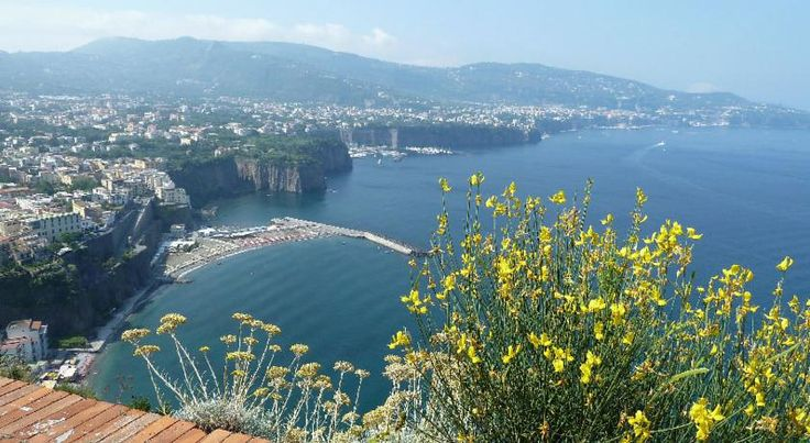 Villino Castellano Apartments Meta Villino Castellano offers panoramic apartments on the Sorrento Coast with sea views. The Meta Railway Station is just 350 metres away, and public buses for Naples Airport stop nearby.