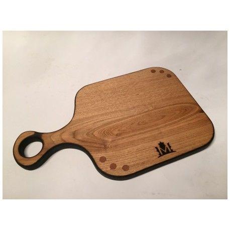 Deska opalana. Idealna do serwowania potraw. Jedyna w swoim rodzaju. Będzie stanowić element wystroju każdego stołu czy kuchni.  Wykonana z jednego kawałka drewna.  Materiał: Drewno dębowe opalane.  Wymiary: 21cm x 35cm x 1,8cm (szer x dł x gr)  Wszystkie deski wykonane są ręcznie i impregnowane naturalnymi olejami.
