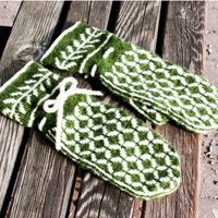 A pair of classic colour work mittens with a little twist, this type of colour work is typical for vintage Scandinavian mittens. Since the pattern is repetitive it is easy to remember and you do no…