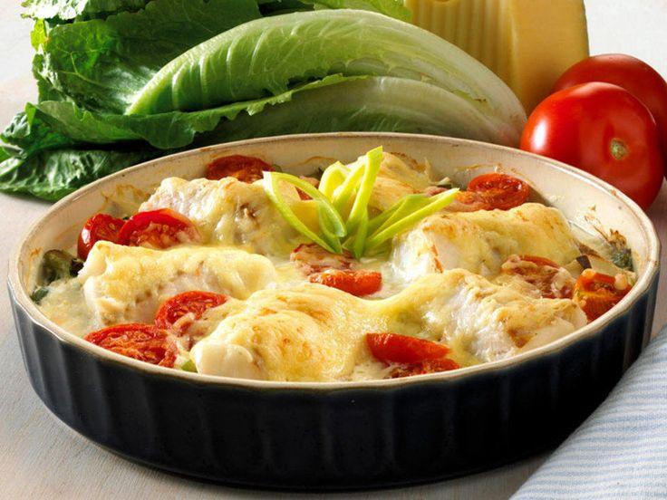 Torsk, tomater og purre gratineres i stekovn. Smakfullt og enkelt servert med kokte poteter eller ris.Kilde: Opplysningskontoret for Meieriprodukter. Foto: Astrid Hals