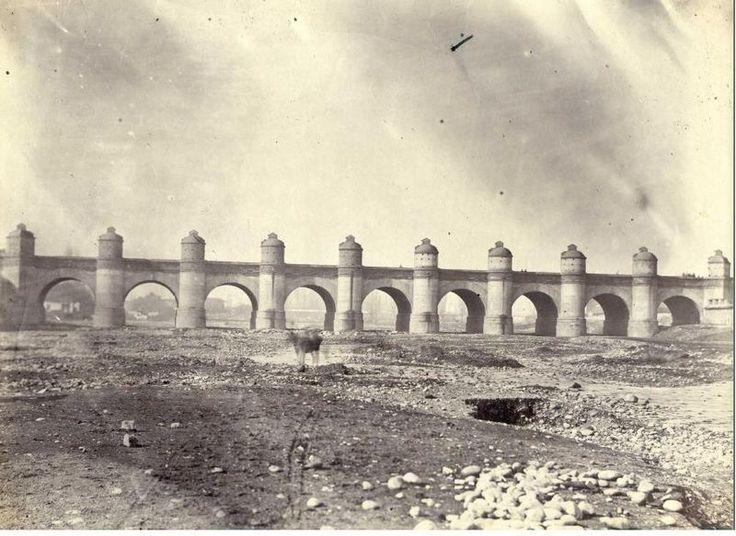 Chile, Santiagto. Puente de Calicanto o de Cal y Canto fue un puente construido sobre el río Mapocho en la ciudad de Santiago, capital de Chile. Obra del corregidor Luis Manuel de Zañartu, es considerada una de las mayores obras arquitectónicas de la historia de la ciudad y fue símbolo de ella hasta su demolición en 1888. Esta obra de ingeniería medía 202 metros de largo, siendo 120 de éstos los correspondientes al ancho del río. El puente se elevaba a más de 12 metros de altura sobre el río
