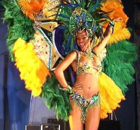 je danse telle une déesse brésilienne dans mon salon. Je suis la reine de Rio de Janeiro !