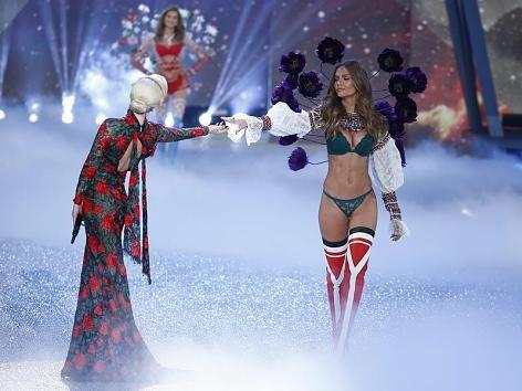 Bei der Victoria's Secret Show waren wieder die Engel los und zeigen die Unterwäschetrends von Morgen. Diesmal mit musikalischer Unterstützung von Popstar Lady Gaga.