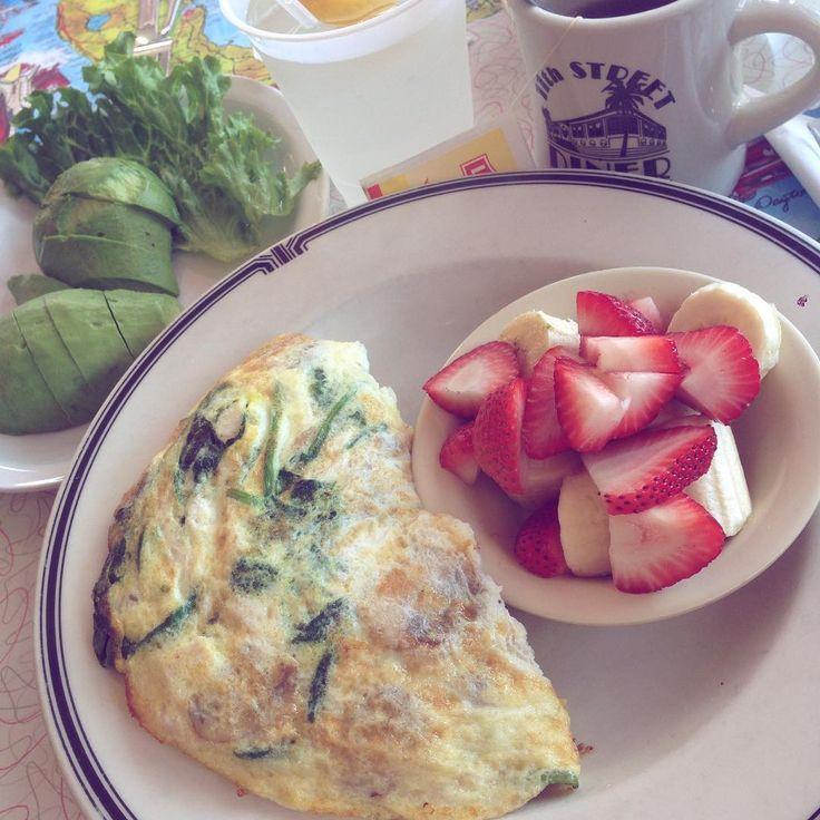 Äggvita omelett med kalkon grönsaker och frukt