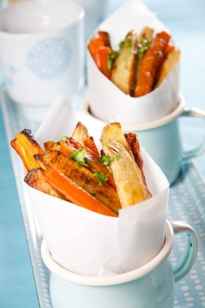 Domowe frytki z piekarnika są o wiele zdrowsze niż te z mrożonek czy kupowane w różnego rodzaju fast foodach. Możemy je zrobić nie tylko z ziemniaków, ale też z selera, pietruszki lub marchewki.