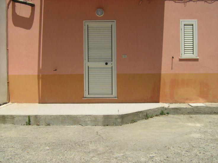 Affitto Luglio-Agosto-Settembre - Affitto sia per 15 gg che per 1 mese appartamento indipendente, posti letto 4, 1 bagno, 1 cucina. Munito di tv, lavatrice, frigo, completamente arredato di stoviglie.  - http://www.ilcirotano.it/annunci/ads/affitto-luglio-agosto-settembre/
