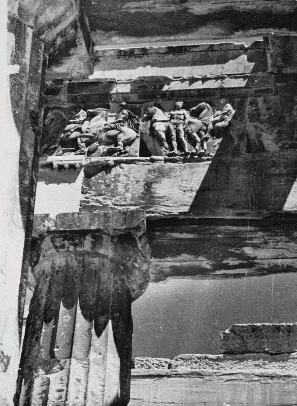 Nelly's... Τμήμα της δυτικής ζωφόρου του Παρθενώνα με παράσταση ιππέων. Αθήνα, 1932-1939 Φωτογραφικό Αρχείο Μουσείου Μπενάκη