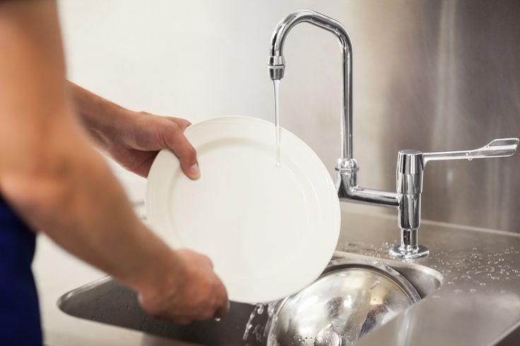 Lavapiatti a mano per la cucina. Si tratta di un ottimo detersivo ecologico forte e particolarmente adatto anche allo sporco più profondo dei nostri piatti.