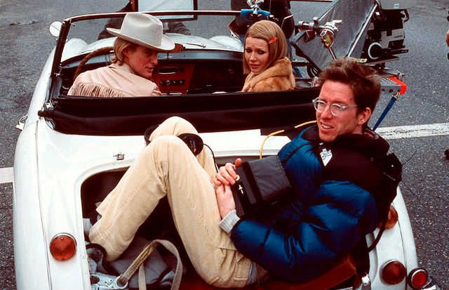 Оуэн Уилсон и Гвинет Пэлтроу разъезжают с Уэсом Андерсоном в багажнике на съемках «Семейки Тененбаум» (2001)