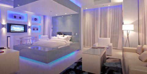 Iluminação abaixo da cama pode ser útil para quem levanta durante a noite e dá a impressão de que o leito está flutuando