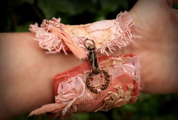 Ce bracelet manchette Bohème magnifique est fait avec des couches de tissu en lin et dentelle ancienne au crochet. Il est orné d'une perle de papillon d'argile polymère magnifique (fait par ScorchedEarthonEtsy), Il se ferme avec des anneaux connecteur rose-d'or et un tissu de dentelle. Les couleurs de cette beauté sont rose et rose saumon. Il est entièrement fait à la main, aucune machine n'est utilisée sur cette beauté ! La longueur du bracelet 6.5inches (19 cm) Mon poignet est de 6…