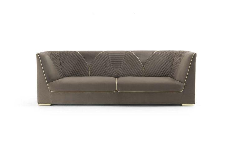Raffinati ricami esofisticati dettagli, impreziosiscono il divano Ranieri rendendolo sofisticato e allo stesso tempo un oggetto di design. ...