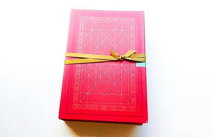 パッケージに釘付け! 物語を贈るように渡したいブック型ギフト - ippin(イッピン)
