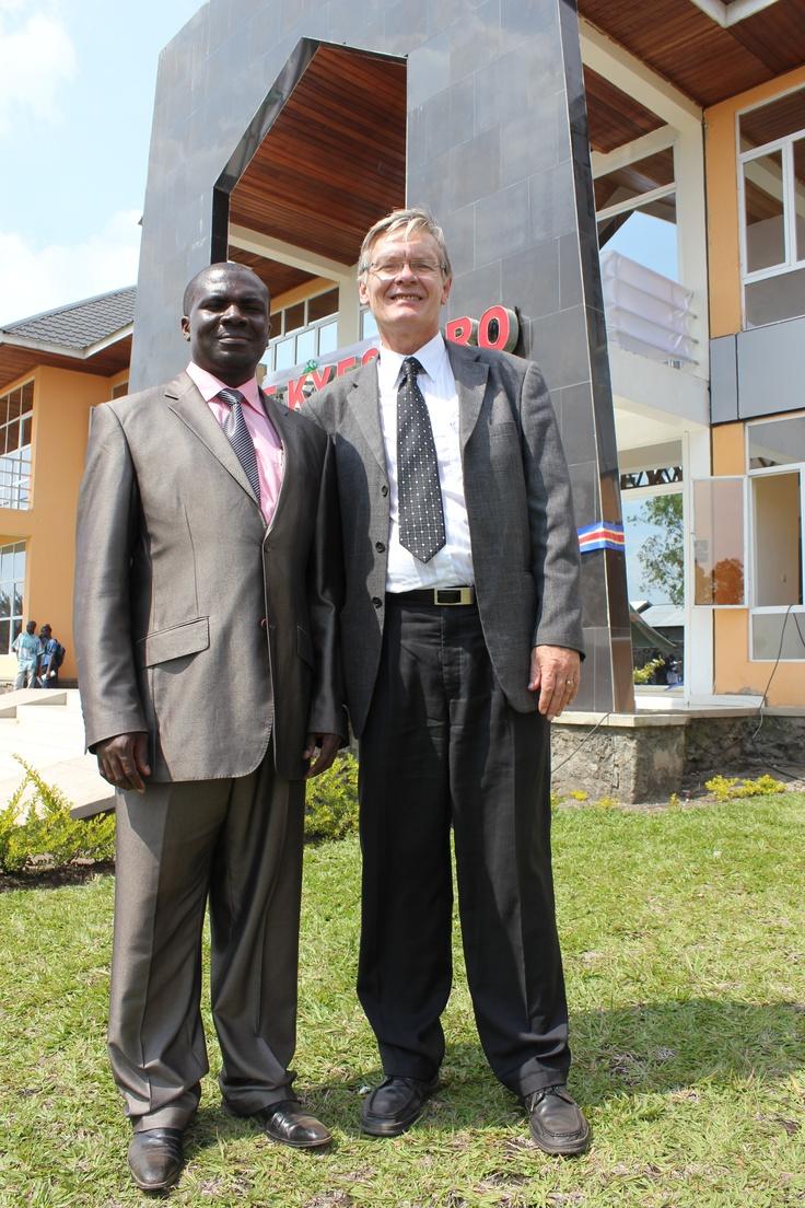 Banyene, direktør ved Kyeshero sykehus og Oddvar Espegren, leder av JOIN smiler fornøyd ved åpningen av sykehuset i november 2012.